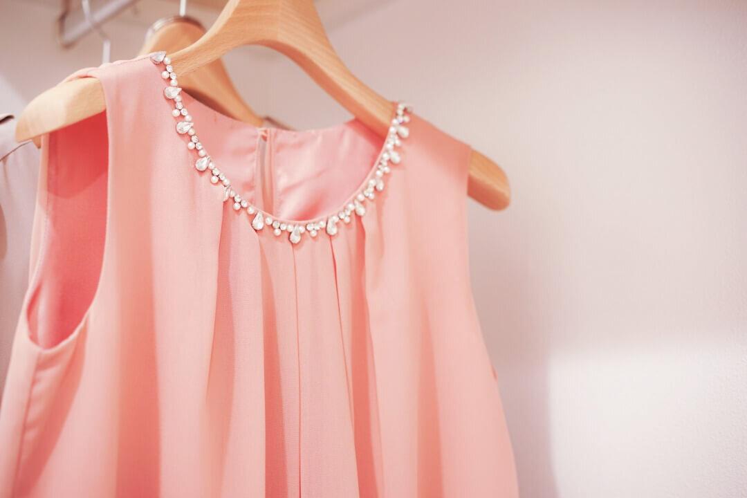 アクセサリー付きのピンクのドレス