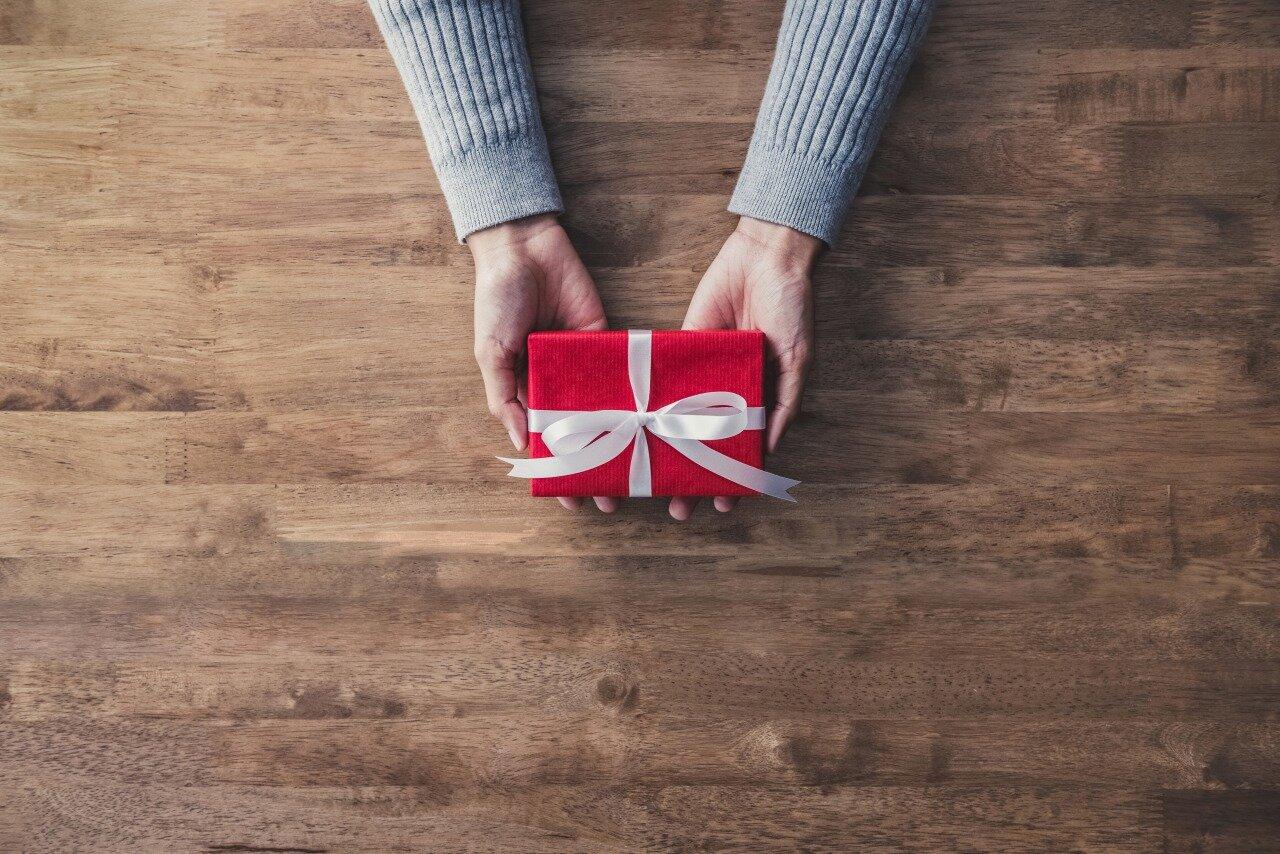 プレゼントの箱を持っている様子