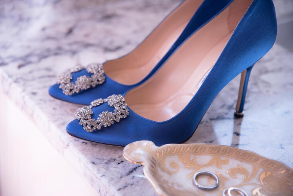 ブルーのハイヒールと結婚指輪