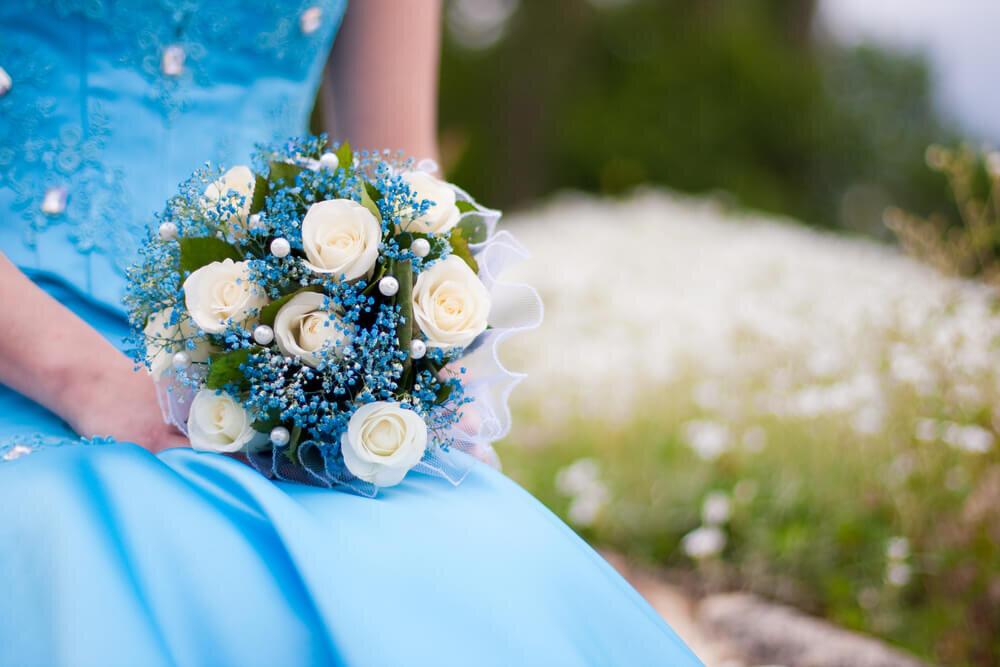ブーケを持つブルーのドレスの女性