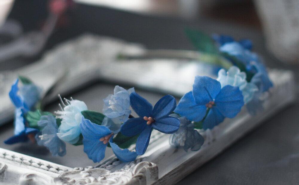 ブルーの花を添えたヘッドドレス