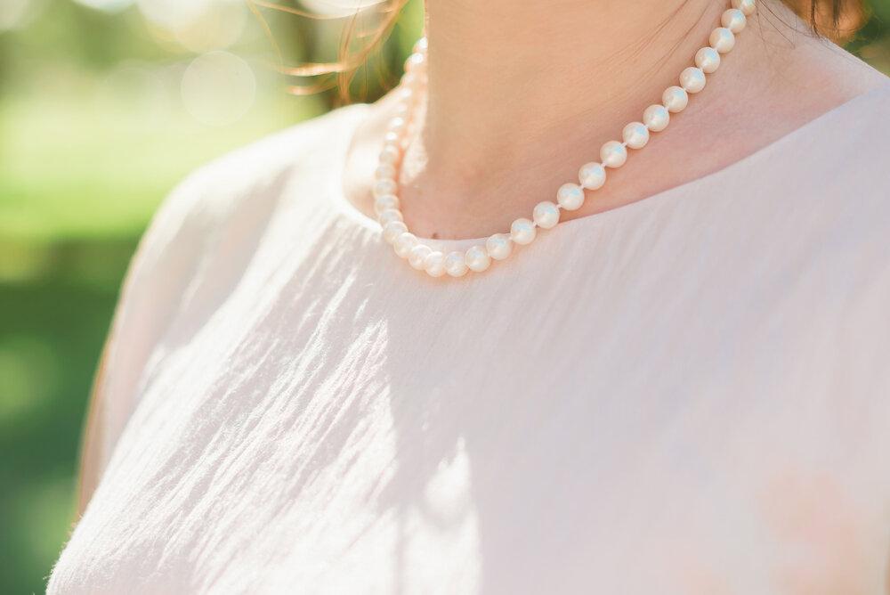 パールのネックレスをつけた女性