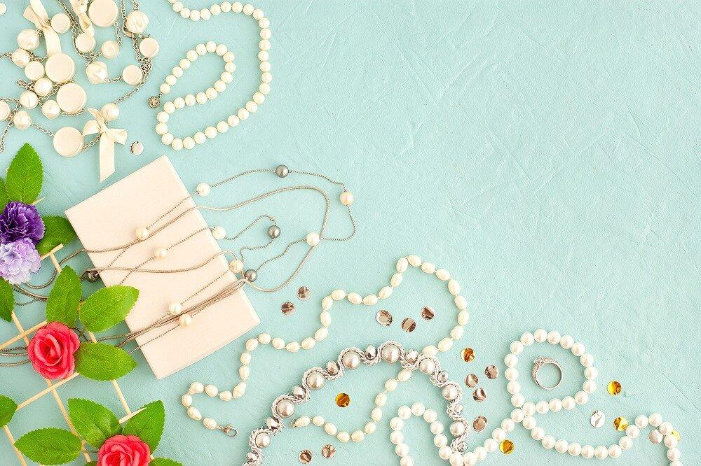 パールのネックレスや花