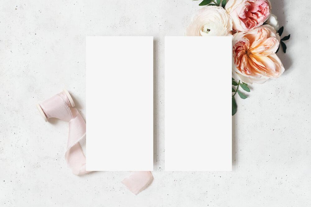 ピンクの花と2つの台紙
