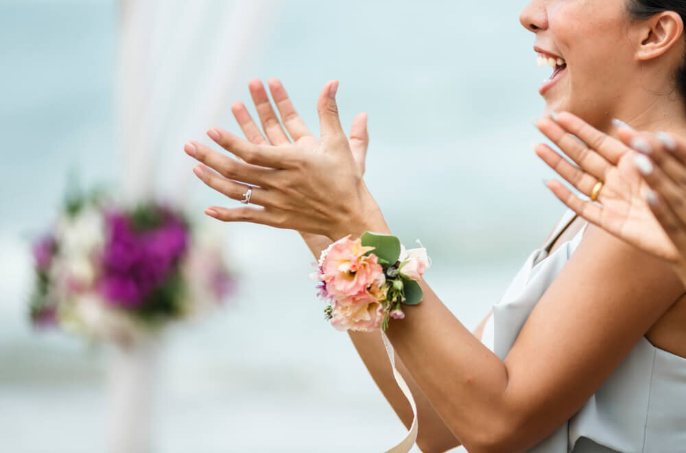 余興を見て喜ぶ花嫁
