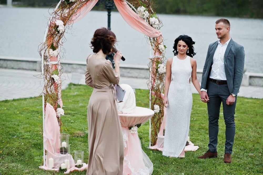 結婚式でスピーチをしている女性