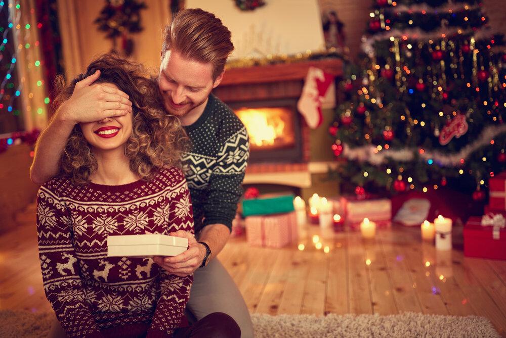 恋人にプレゼントを渡す男性