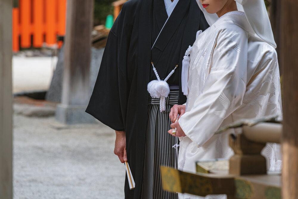 白無垢と紋付袴姿で並ぶ新郎新婦