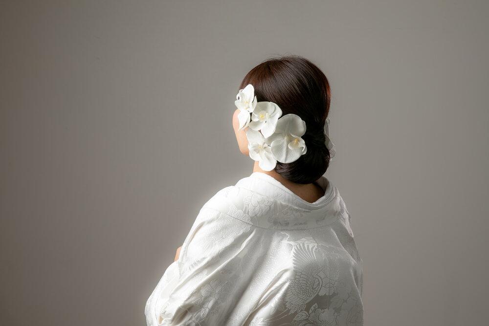 大きな花をつけた日本髪