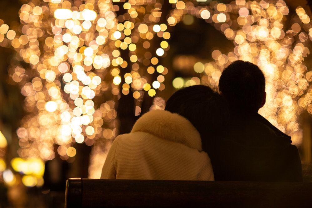 クリスマスイルミネーションを眺めるカップル