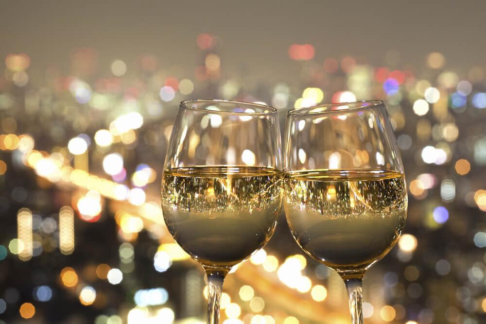 ワインのグラスに映る街の夜景