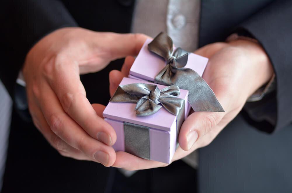 小さい箱のプレゼントを持つ男性