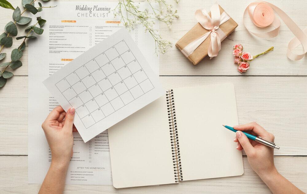 机の上のノートとカレンダー