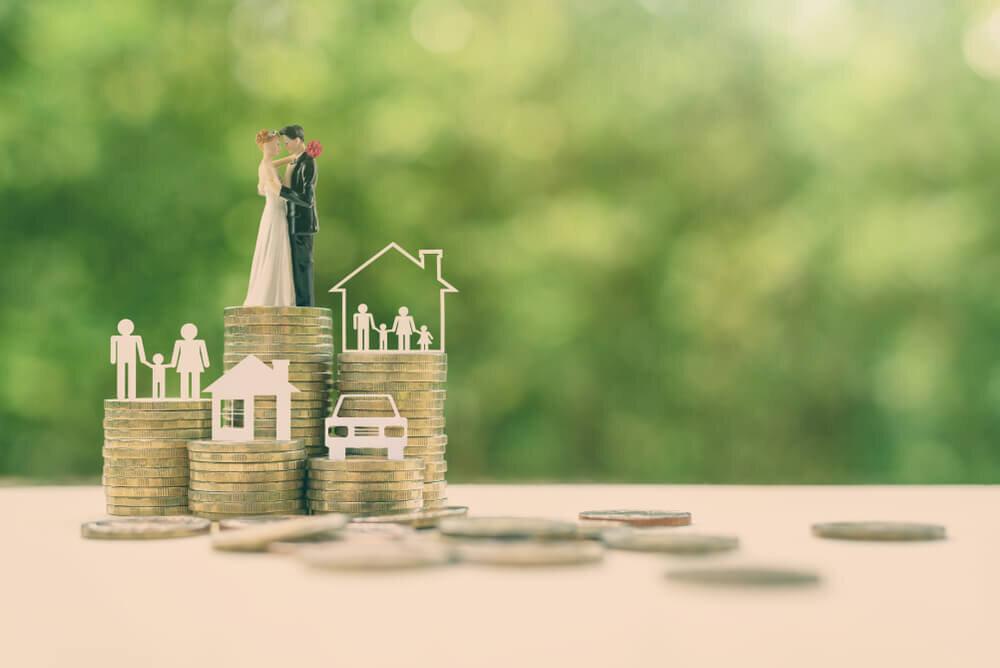 コインの上に立つカップルの人形