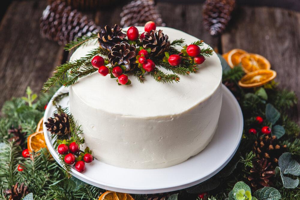 テーブルの上のクリスマスケーキ