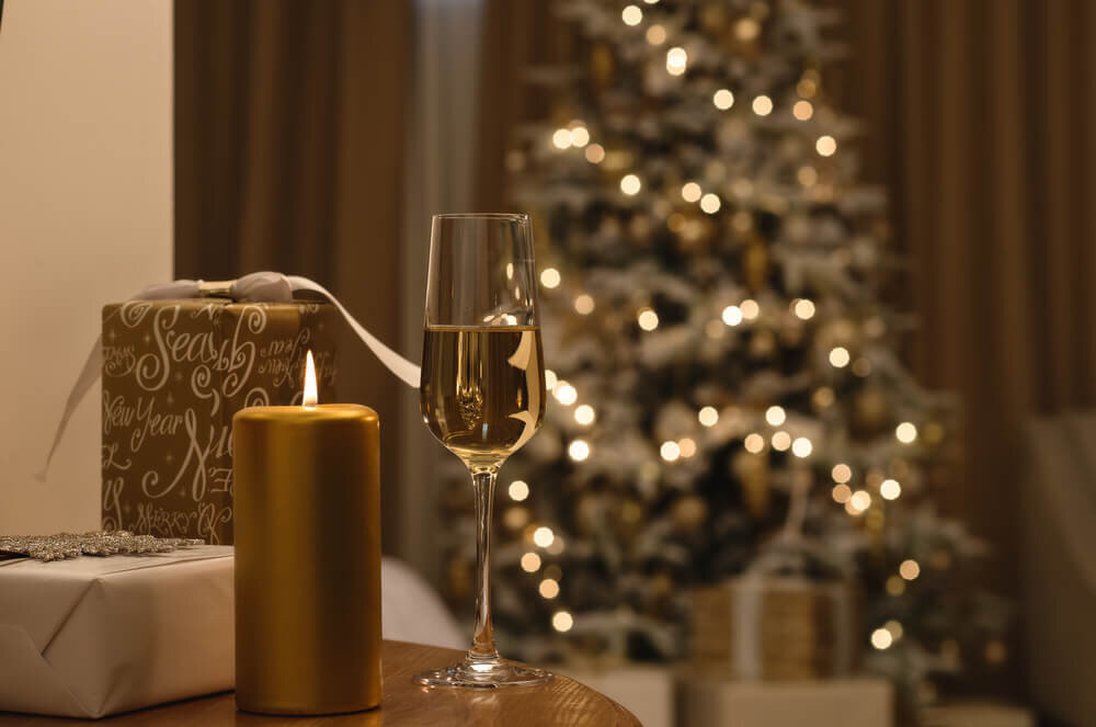 クリスマスツリーのあるホテルの部屋
