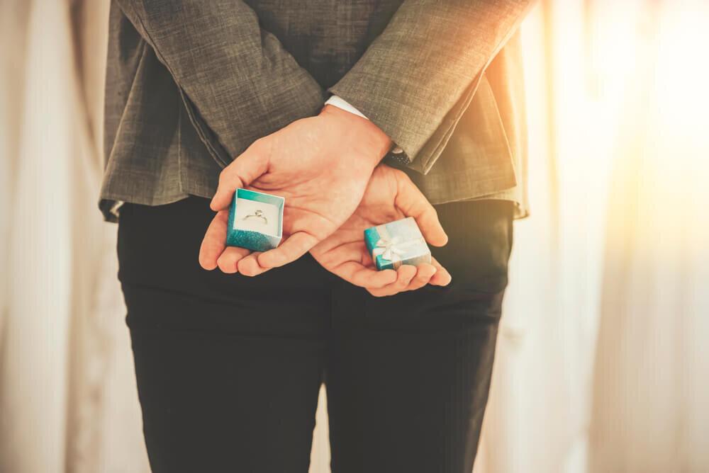 サプライズでプロポーズを準備する男性