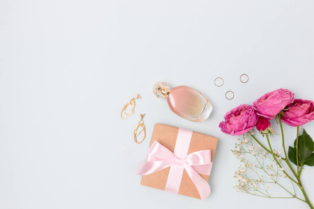 プレゼントの箱とピアスと香水