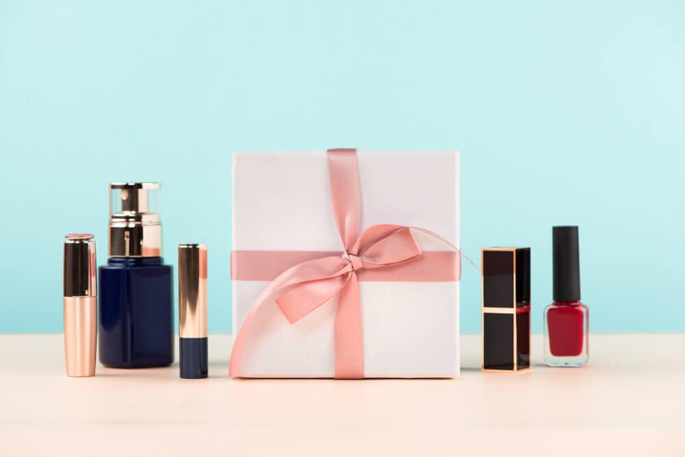 美容アイテムとプレゼントの箱