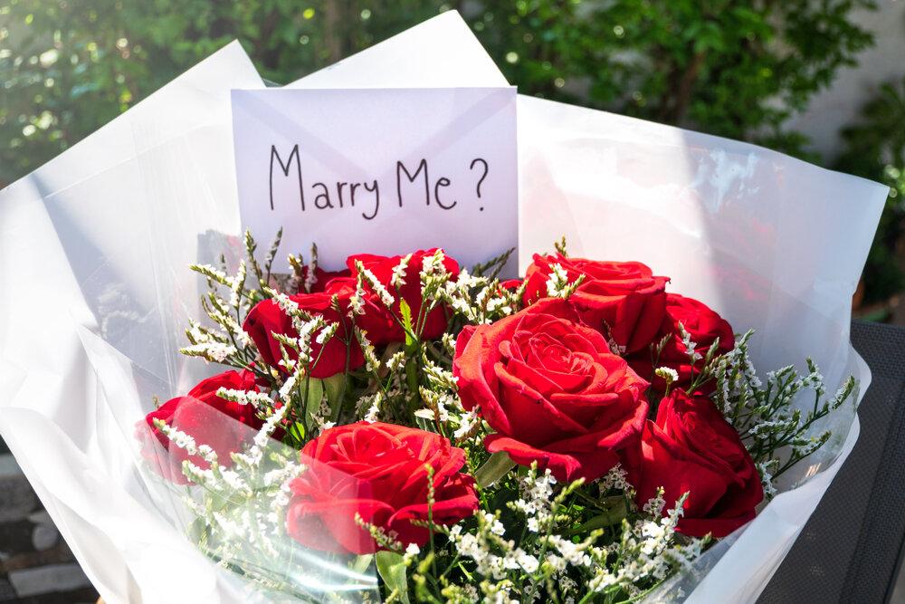 プロポーズの言葉を添えたバラの花束