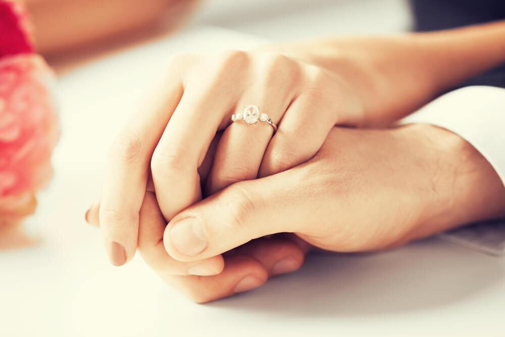 テーブルの上で手を握るカップル