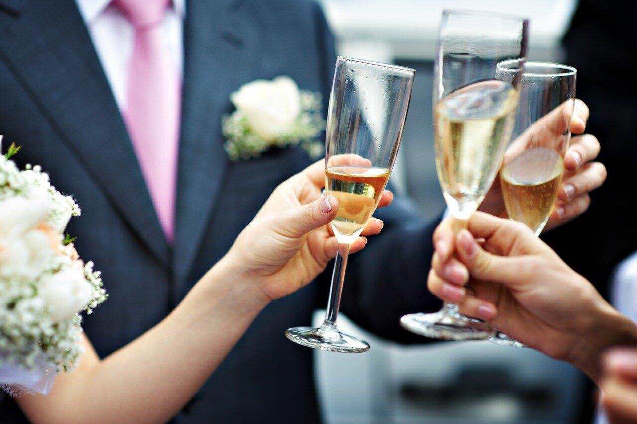 フォーマルな場でシャンパンで乾杯している様子
