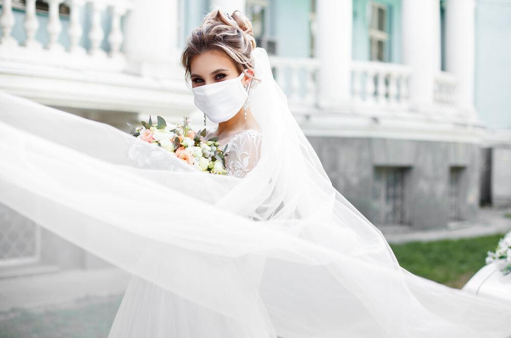 マスクを着けた新婦