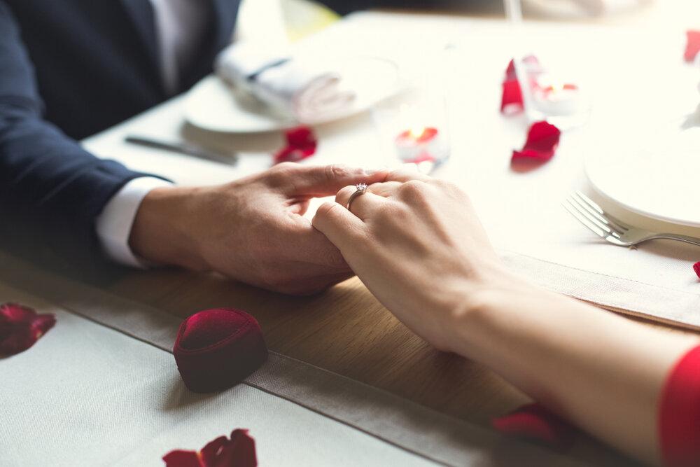 婚約指輪をする女性の手