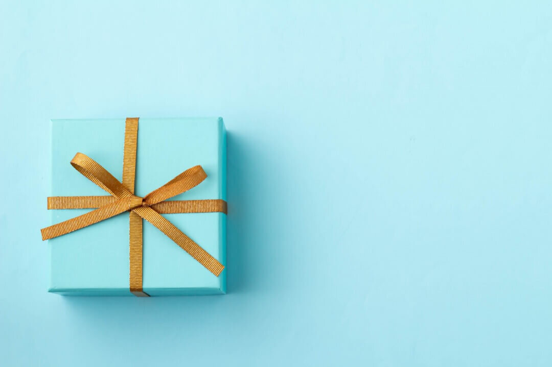 水色の箱に金色のリボンがかかったプレゼント