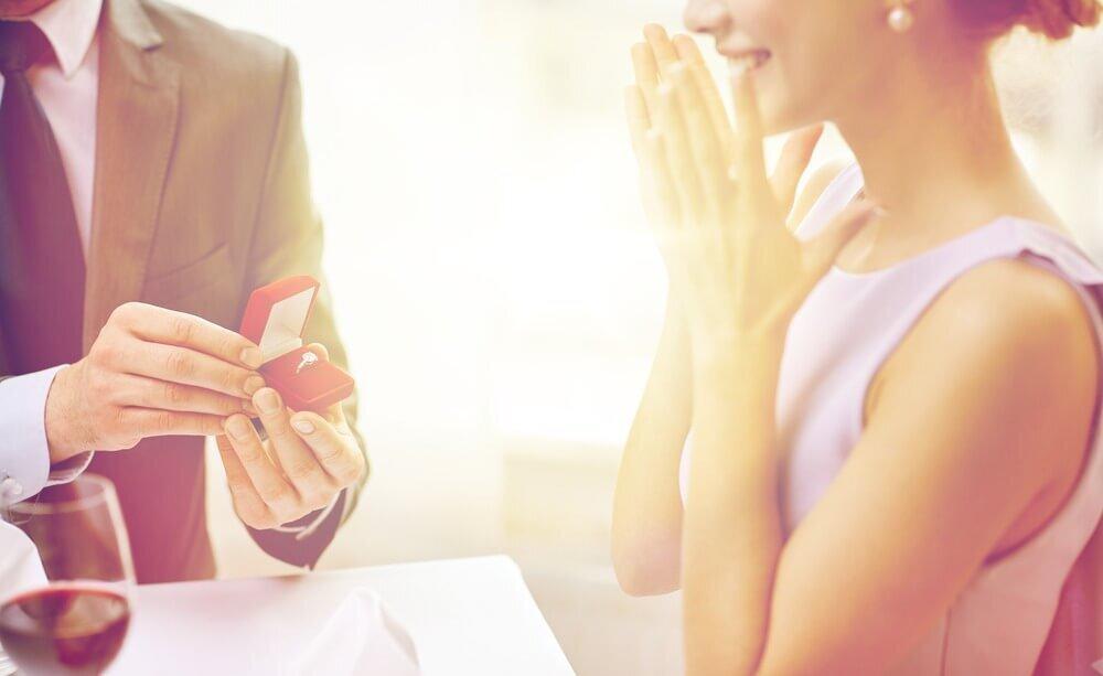 プロポーズを喜ぶ女性