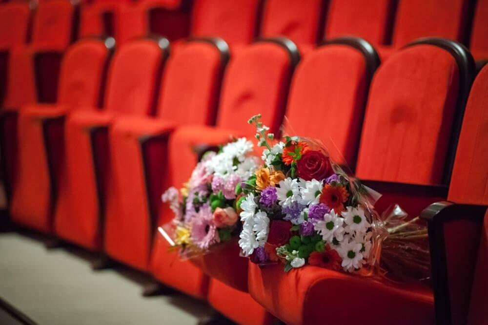映画館の椅子に置かれた花束