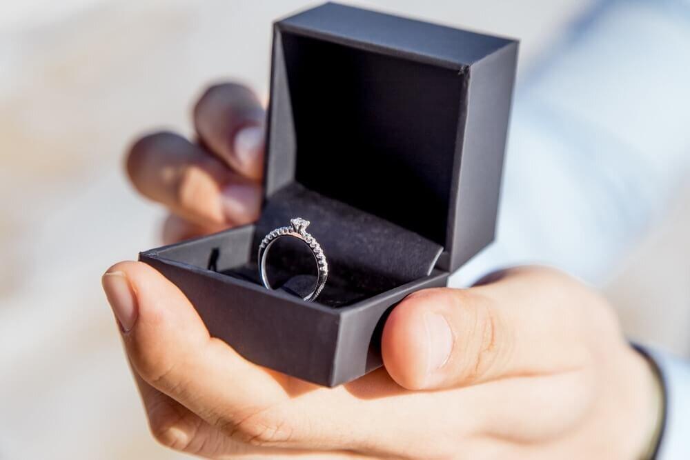 手の上に乗った婚約指輪