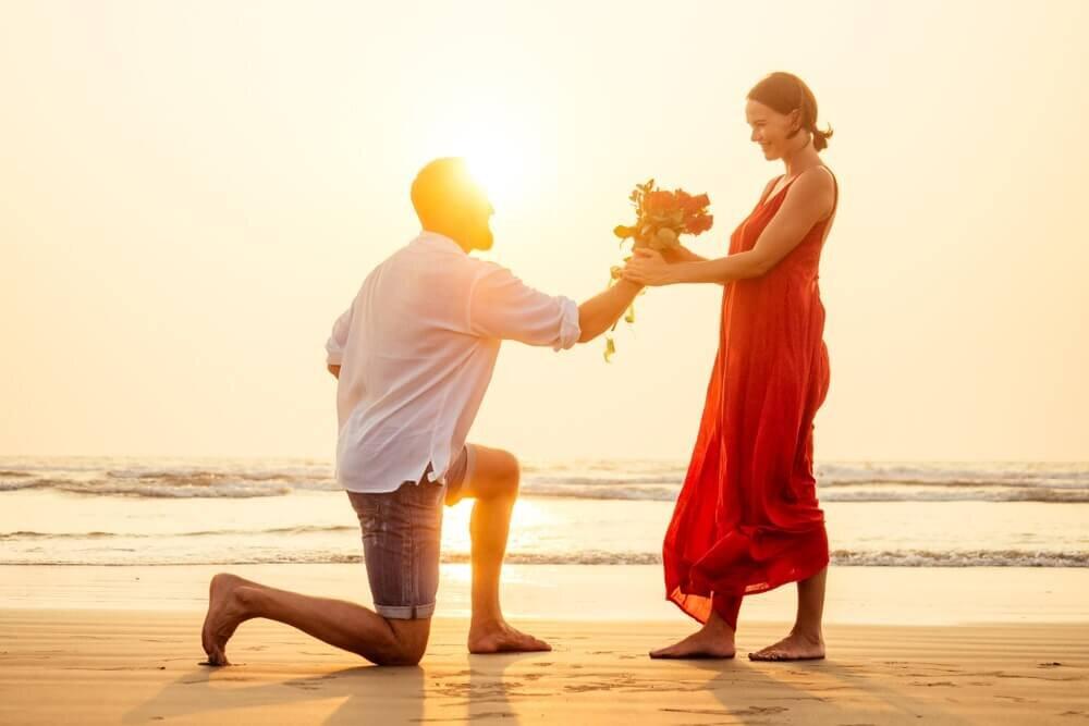 夕陽に照らされるカップル