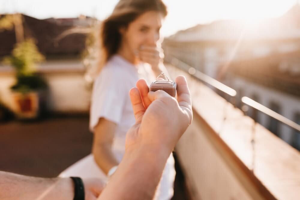 指輪を差し出された女性
