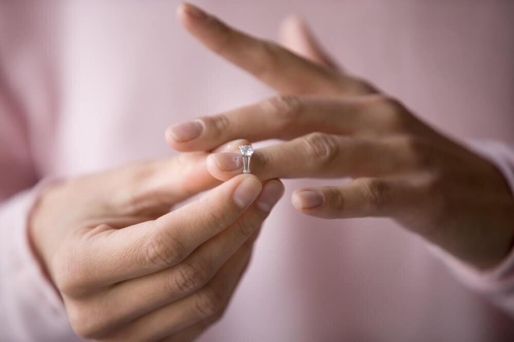 婚約指輪を外す女性