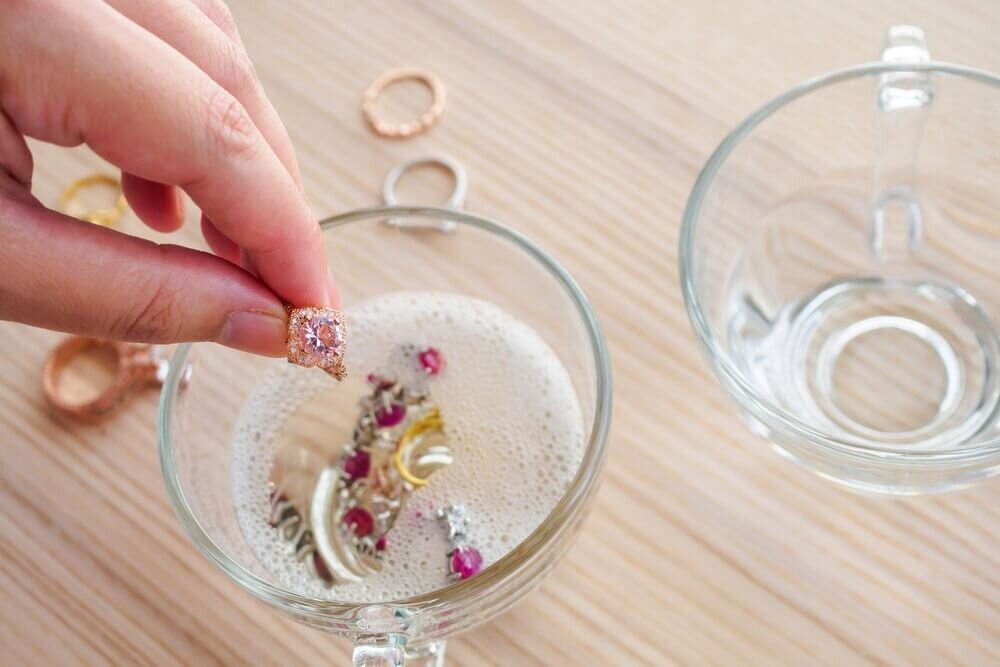 洗剤液に漬けられた指輪