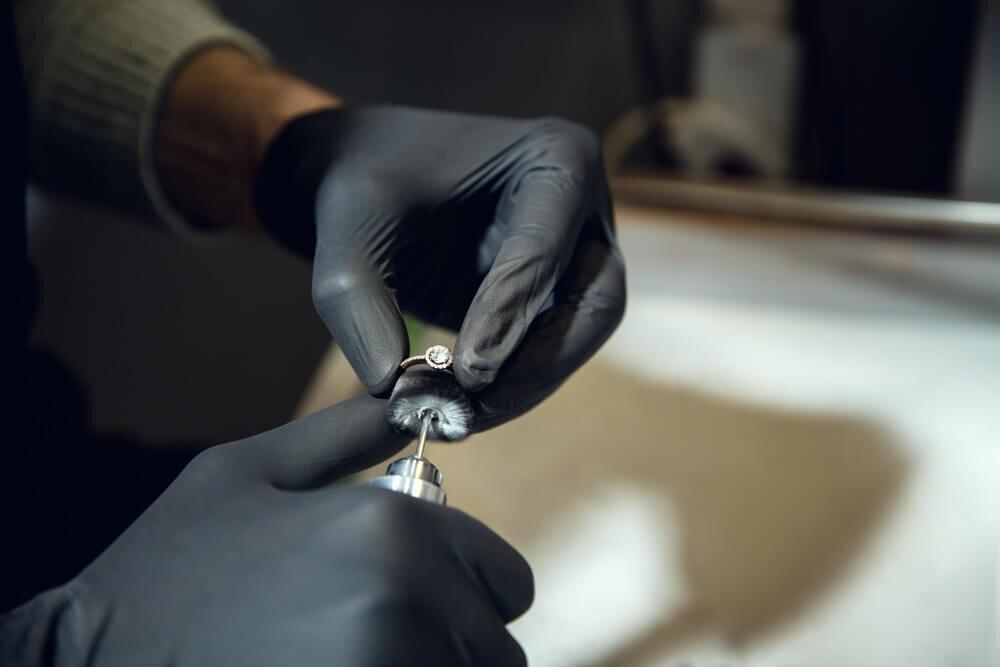 指輪を研磨する職人の手