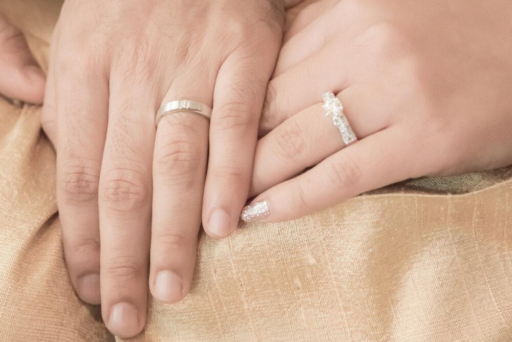 重ねられた夫婦の手