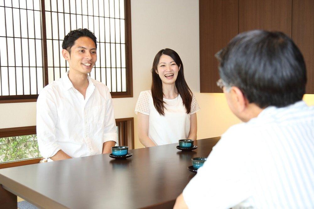 笑顔で挨拶をするカップル