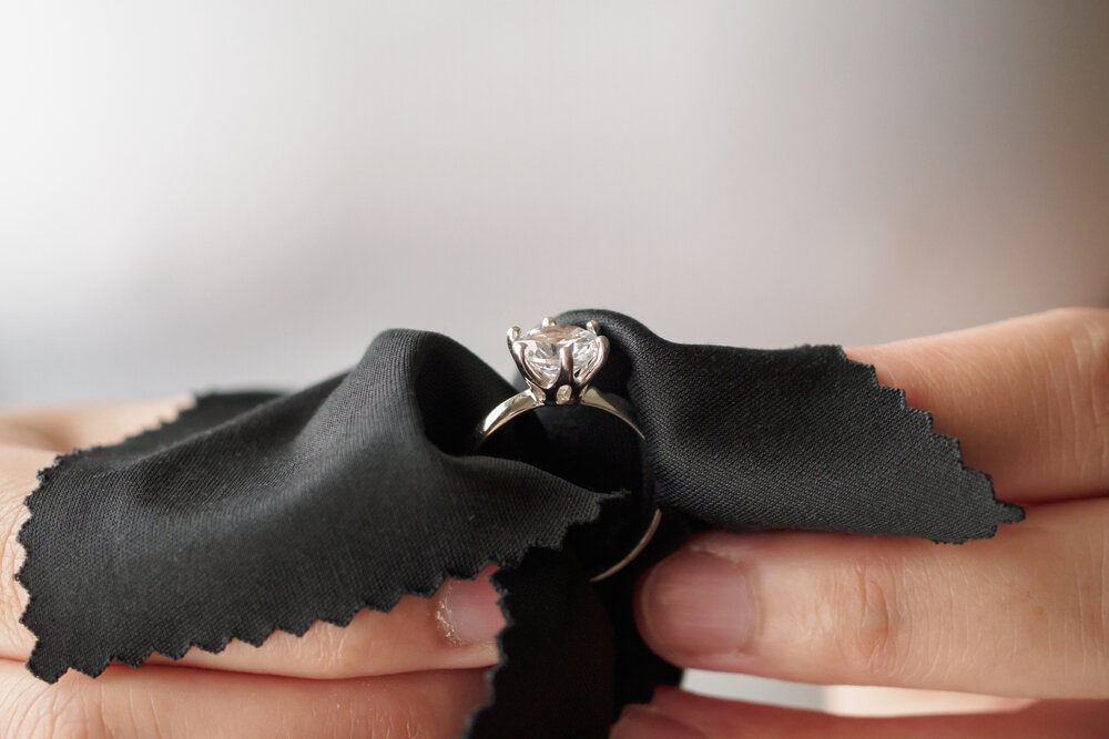 黒のクロスに包まれた指輪