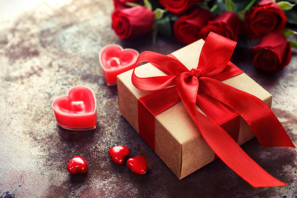 赤いリボンのプレゼントとキャンドル