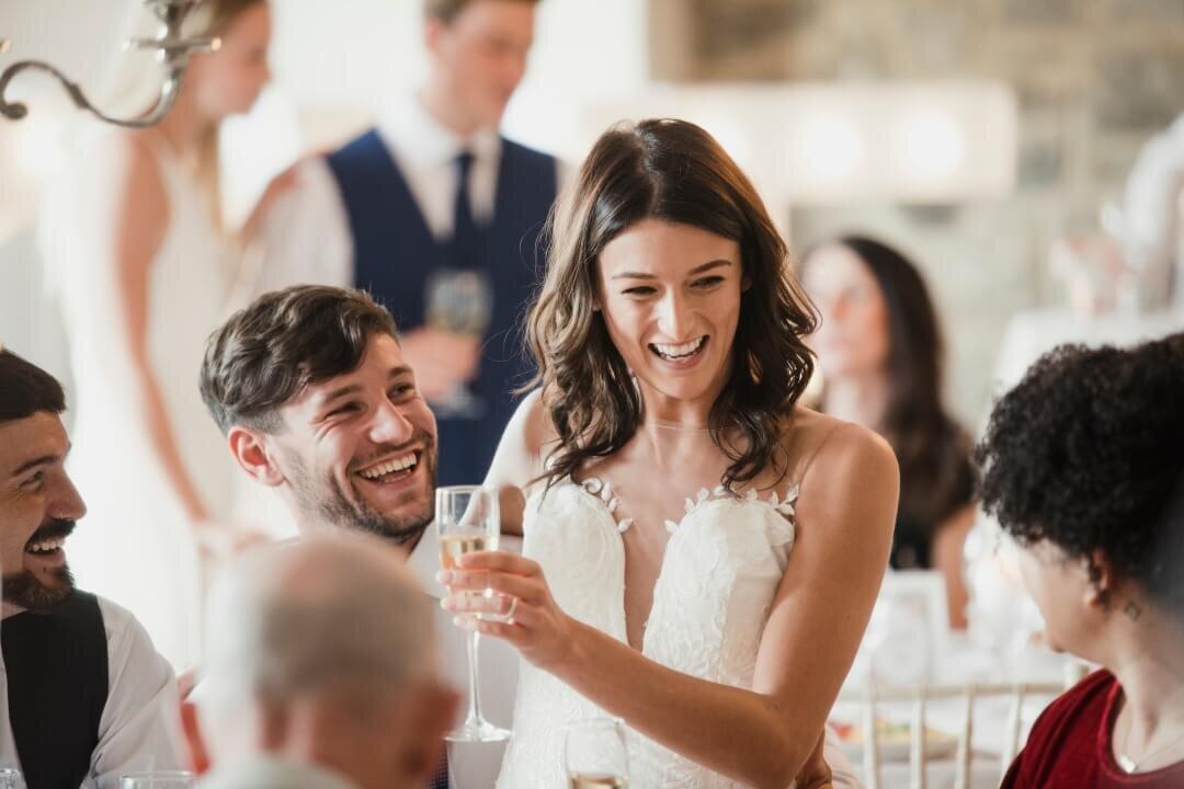 ゲストと談笑する花嫁