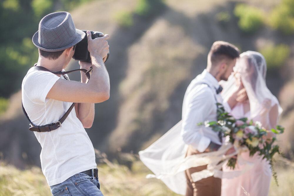 新郎新婦を撮影するカメラマン