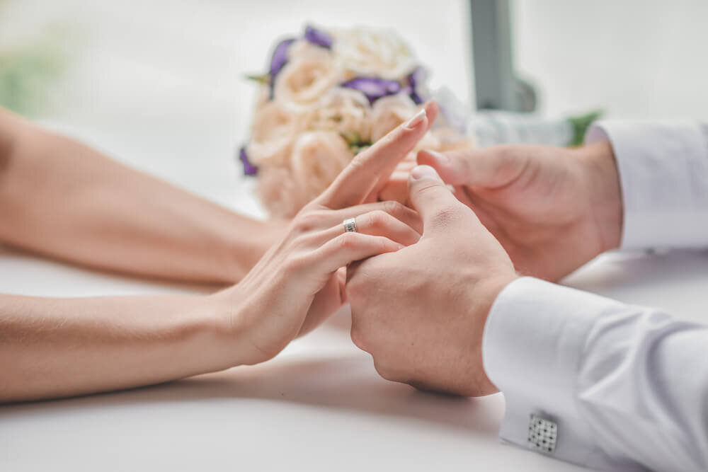 向き合って手をつなぐカップル