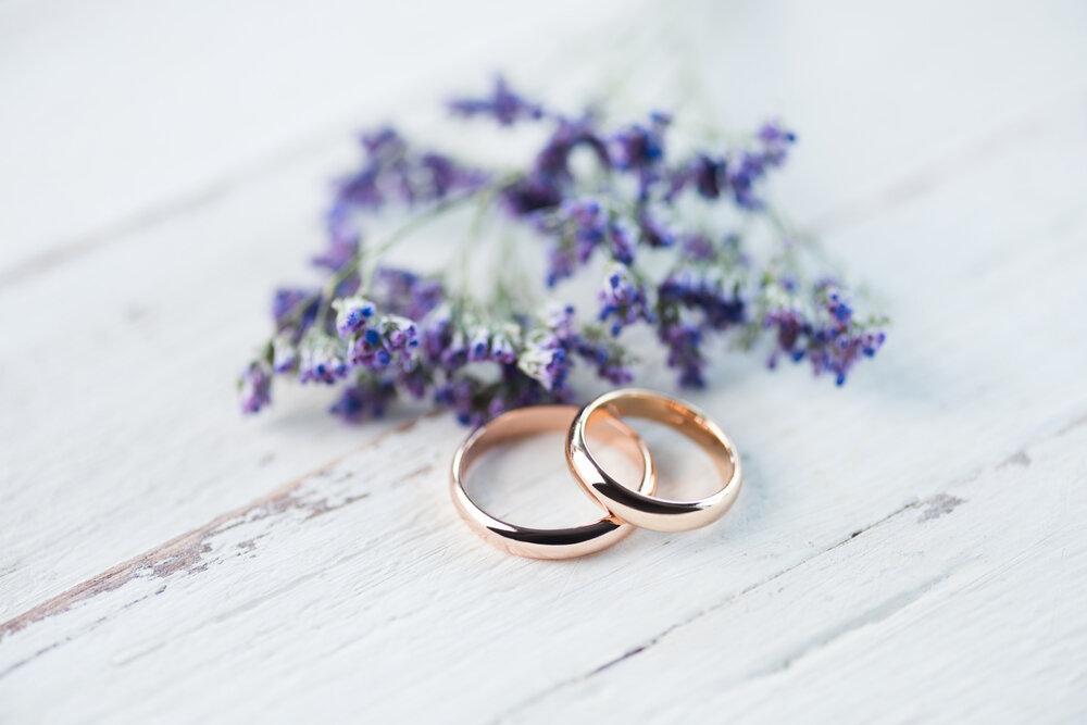 重なったゴールドの指輪