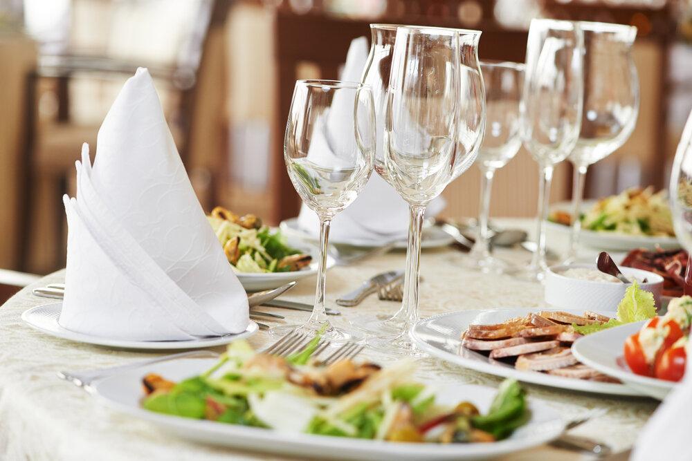 料理の載ったテーブル