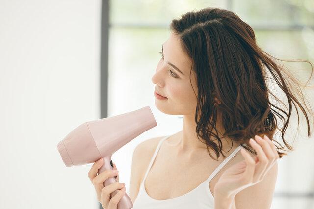 簡単にサラサラ髪になれるおすすめのヘアケア方法とは?