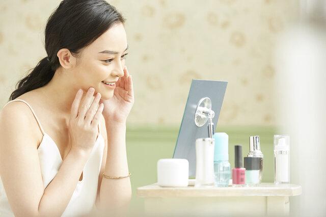 化粧水と乳液の違いってなに? それぞれの特徴とは?