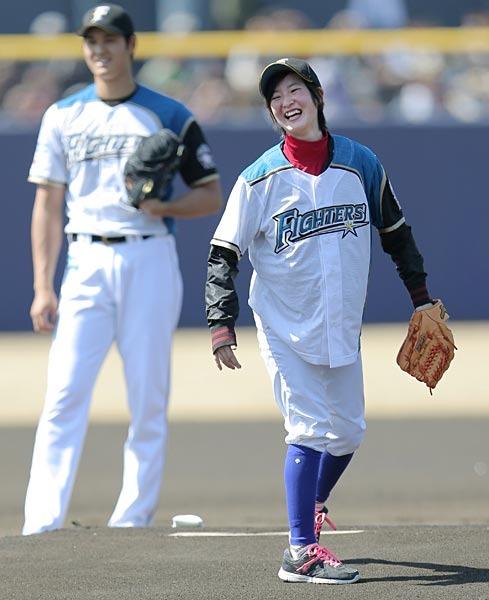 日本ハム戦での始球式で投球するナナコ