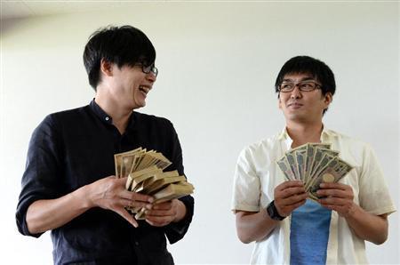 相方と共に配当の大金を披露する吉村
